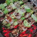 Куриные шашлыки с кабачками на угольном гриле (видео)