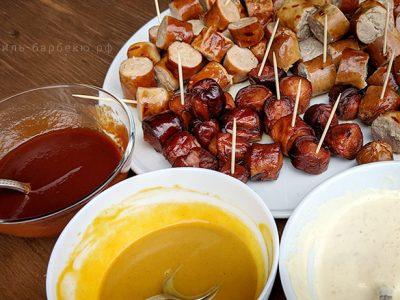 Колбаски с тремя соусами на гриле (видео)