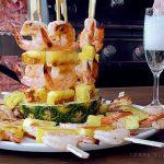 Шашлычки из креветок с ананасами на гриле (видео)