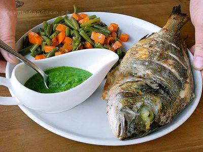 Дорадо с гарниром из овощей и зеленым соусом на гриле (видео)