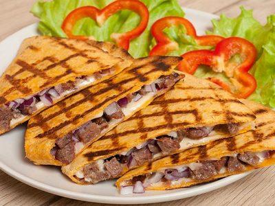 Кесадилья с колбасками из говядины